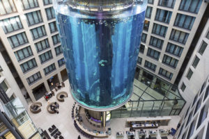 Аквариум с лифтом в Берлине